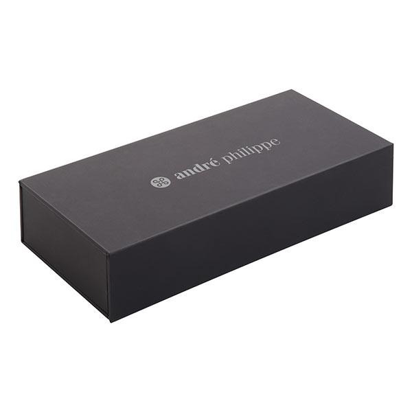 Bayonne — Элегантный письменный набор, ручка из металла и рулетка с матовым покрытием. В картонной сумке для подарков. С синей заправкой. Продукт бренда Andree Philippe AP805992